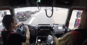 Ako jazdia hasiči medzi autami v prípade núdze