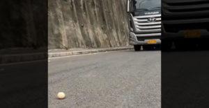 Pomocou vajíčka predviedol svoje majstrovské schopnosti v riadení nákladných vozidiel