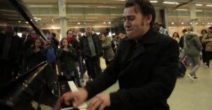 Keď sa profesionálny hudobník posadí za verejný klavír v obchodnom centre