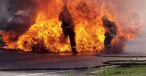 Počas hasenia Toyoty RAV4 prišlo k explózii palivovej nádrže