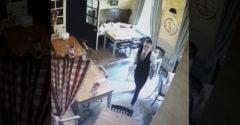 Zo záberov bezpečnostnej kamery behá po chrbte mráz. Čašníčku za chrbtom sledoval duch malého dievčatka