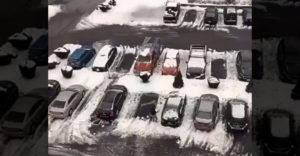 Prvý krát videl na svojom aute ľad a sneh. Svojou technikou čistenia si spôsobil škodu