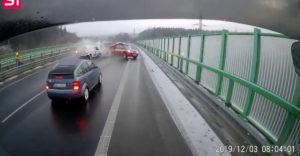 Nehoda na diaľnici v Česku. Hasiči zastavili kvôli nehode, vpálilo do nich ďalšie auto