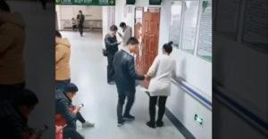 Skutočný gentleman pomohol tehotnej žene v nemocnici. Ostatní sa tvárili, že nič