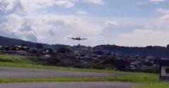 Mal poškodený podvozok, aj tak bezpečne pristál a zachránil turistov (Pilot na medailu)