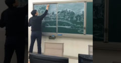 Na tabuľu nakreslil umelecké dielo. Vyšperkoval ho do farebnej dokonalosti