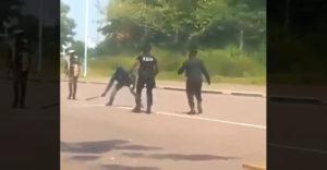 Útočníka s mačetou zastavil policajt holými rukami