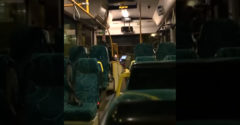 Vodič autobusu si myslel, že je vnútri sám (Predviedol sa)