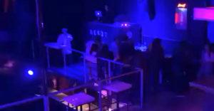 Show must go on! DJ si nemohol dovoliť ani prestávku na WC (Vymyslel to)