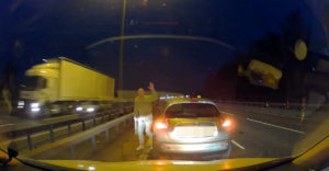Zastavil v rýchlom pruhu uprostred diaľnice. Dôvod je hodný návštevy psychiatra