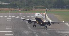 Piloti zrušili pristávanie v poslednej chvíli. Bojovali so silným vetrom