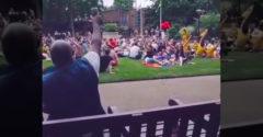 Chlapík v parku zaspieval Bon Joviho a pridal sa k nemu celý dav (Takto sa šíri dobrá nálada)