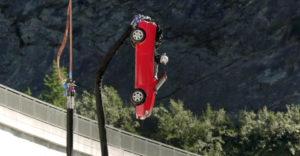 Rozhodli sa skočiť bungee jumping s autom z vrchu priehrady