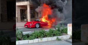 V Monaku začalo horieť Ferrari F40. Muž sa ho snažil uhasiť z balkóna