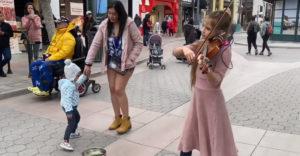 Mladá baba predviedla perfektné pouličné predstavenie. Na husliach zahrala hit od Queen (Obrovský talent)