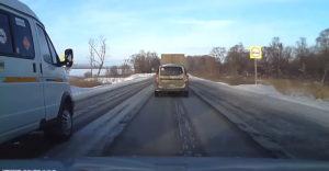 Arogantný vodič nepustil predbiehajúce auto a havaroval, alebo keď sa stretnú dvaja blbci