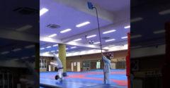 Toto by odkoplo aj dieťa, podrž mi tú modrú dosku vyššie (Taekwondo letec)