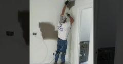 Profesionál predviedol, ako vymaľovať rohy stien presne, jednoducho a rýchlo