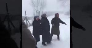 Zábavné babičky prišli zavolať svoju priateľku von (Ako za mlada)