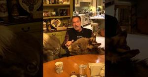 Doma je väčšia zábava ako vonku! Arnold Schwarzenegger posiela milú prosbu