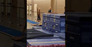 Tréner chytil gymnastku po nepodarenom skoku. Ochránil ju pred pádom a možným zranením
