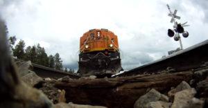 Ako pracujú koľajnice pri prejazde v 120 km/h? Pod idúci vlak položil GoPro kameru