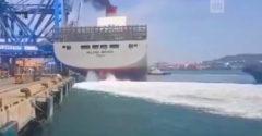 Kontajnerová loď to pri móle neubrzdila. Spôsobila kolaps prístavného žeriavu