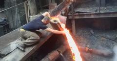 Holú ruku strčil do tečúceho roztaveného kovu
