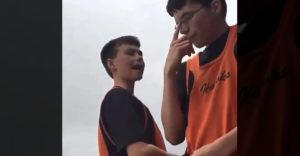 Malý agresor si vyskakoval na spolužiaka v okuliaroch (Šikanoval nesprávneho)