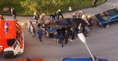 Hasičom zavadzalo zle zaparkované auto. Obyvatelia z paneláku ukázali jednotnú silu
