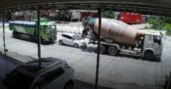 Domiešavač a nákladiak rozdrvili osobné auto. Pasažieri zázrakom prežili
