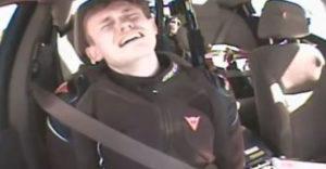 Motorkár unikal polícii rýchlosťou 300 km/h. Keď ho chytili, začal plakať