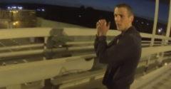 Motorkár zabránil tínedžerovi spáchať samovraždu z mosta nad diaľnicou