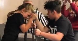 Mladá slečna ukázala, kto je šéfom arm wrestlingu (No poď môj)