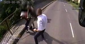 Vodič autobusu dal lekciu lupičovi, ktorý zaútočil na babičku (Maďarsko)