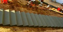 Proces výstavby masívneho betónového schodiska (Dokonalá práca)