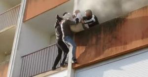 Skupinka mužov zachránila deduška z jeho horiaceho bytu