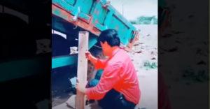 Ako vyslobodiť koleso nákladiaku zapadnuté v jame