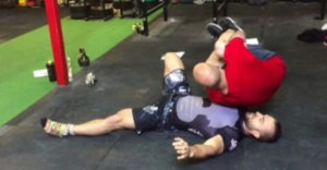 Zdvihol svojho 95 kg kamaráta, ktorého držal v jednej ruke