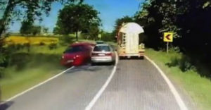 Šialenec chcel silou mocou predbehnúť kamión. Vodiči oproti sa nestíhali čudovať