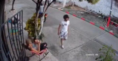 Lopkár na motorke chcel okradnúť babičku. Utĺkla ho vlastnou prilbou