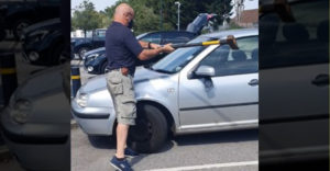 Schmatol sekeru a rozbil okno na aute. Z rozhorúčeného auta vyslobodil úbohého psíka