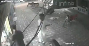 Pomoc, trasie ma! Najskôr chvíľu porozmýšľal a potom mu zachránil život