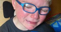 Chlapec dostal darček, ktorý ho v momente rozplakal. Krásna spomienka na dedka, ktorý zomrel na Covid-19
