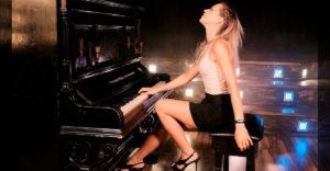 "Krásna klaviristka to rozbalila s piesňou ""Don´t Stop Me Now"" od Queen"