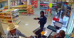 Zákazník v obchode sa zahral na hrdinu. Ozbrojeného lupiča nenechal utiecť