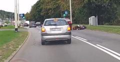 Vodič BMW narazil do motocyklistu a ušiel. Hneď na to prišlo ponaučenie od ostatných vodičov