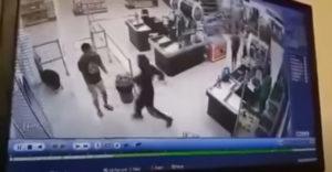Muž bez rúška udrel predavačku aj nakupujúcu ženu. Karma ho stihla ešte v obchode (Komárno)