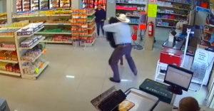 Zákazník v samoobsluhe sa zahral na hrdinu. Ozbrojenému lupičovi nedovolil utiecť