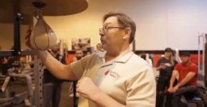 Tréner ukazuje, ako sa má mlátiť do boxovacej hrušky (Rytmická šou)